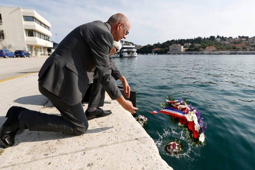 """Načelnik Lasić i zamjenik Radonić položili vijence u more u sjećanje na 26. godina od tragedije potonuća """"Aurore"""""""