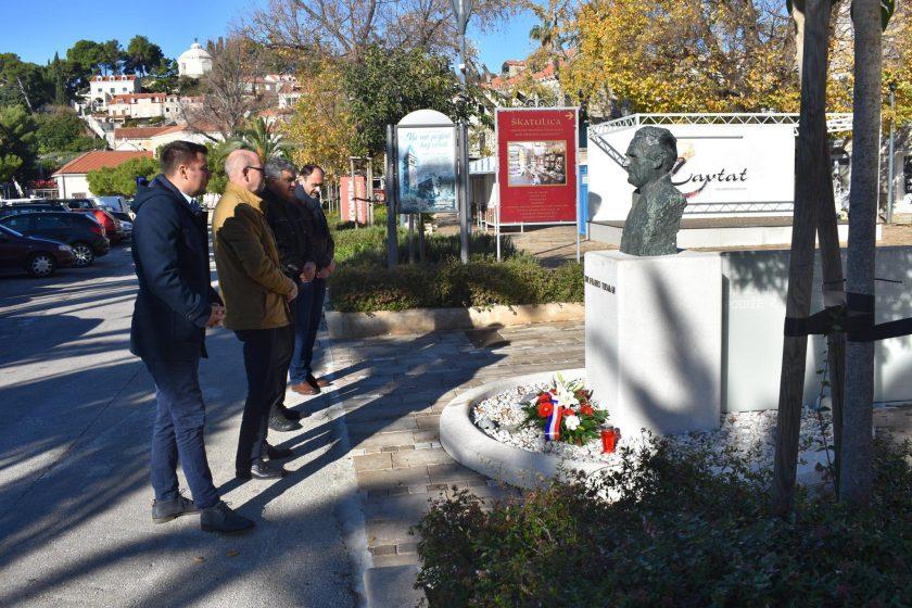Načelnik Lasić sa suradnicima položio vijenac i zapalio svijeću u spomen na dr. Franja Tuđmana