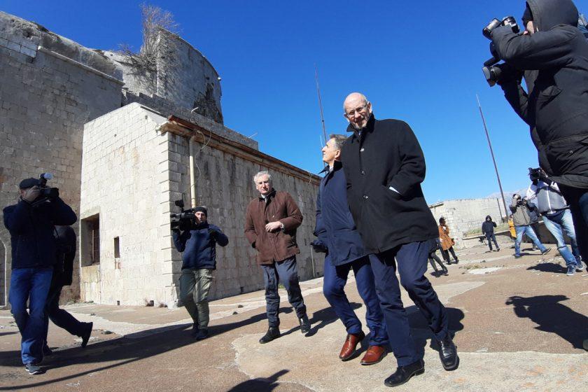 Ministar Marić u pratnji načelnika Lasića i predsjednika OV Simovića obišao tvrđavu na Prevlaci, službeno obilježen početak radova na budućem Muzeju austrougarske mornarice