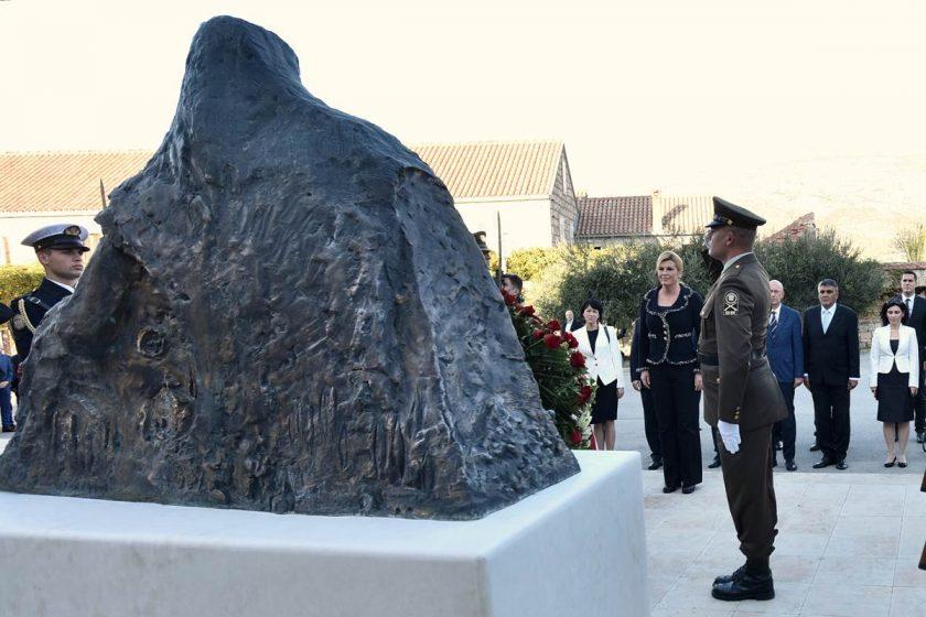 "Predsjednica Kolinda Grabar-Kitarović položila vijenac na spomenik ""Konavoska mati"" i obišla tvrđavu na Prevlaci"