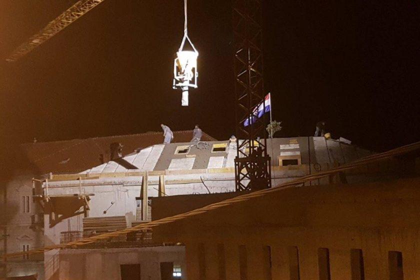 Maslinova grana i hrvatski barjak na krovu nove zgrade Općine u Cavtatu