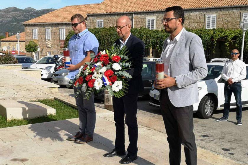 Načelnik Lasić sa suradnicima položio vijenac na spomeniku Konavoska mati povodom Dana neovisnosti