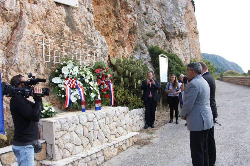 Predstavnici Općine Konavle položili vijenac i zapalili svijeću u spomen na konavoske domobrane ubijene na Orsuli
