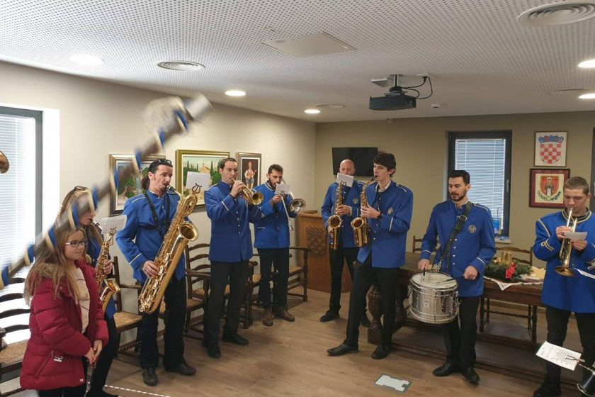 Limena glazba Cavtat kolendala u zgradi Općine Konavle