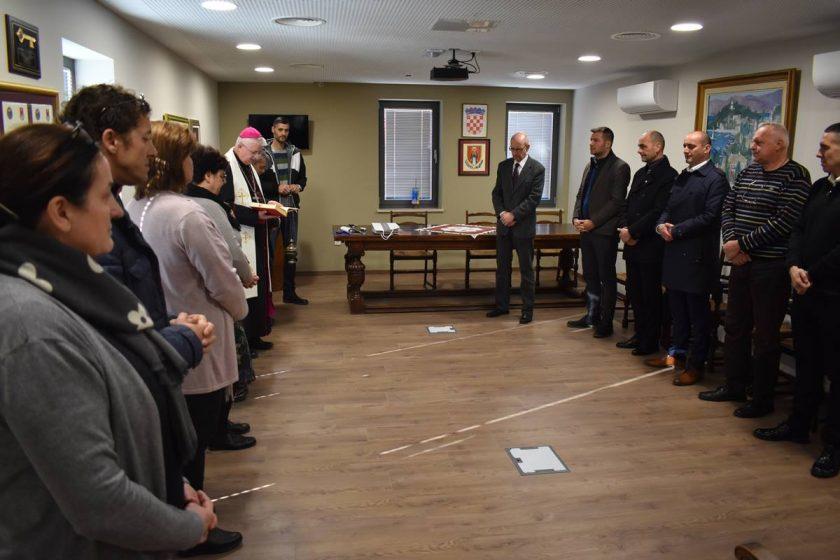 Biskup Uzinić i don Mato Karamatić blagoslovili dužnosnike, djelatnike i prostorije Općine Konavle