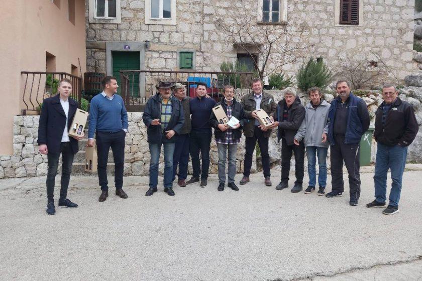 KONAVLE ZA KOKORIĆE Zamjenik Radonić sa Uskopljanima podijelio poklone i donacije mještanima Kokorića