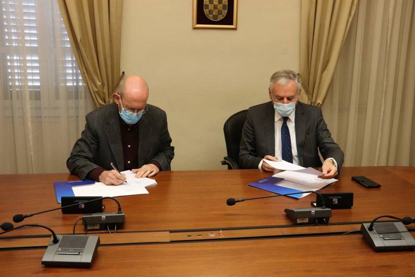 Načelnik Lasić i župan Dobroslavić potpisali sporazum o nabavci još jednog liftera za plažu za osobe s invaliditetom, ovaj će biti postavljen u Moluntu