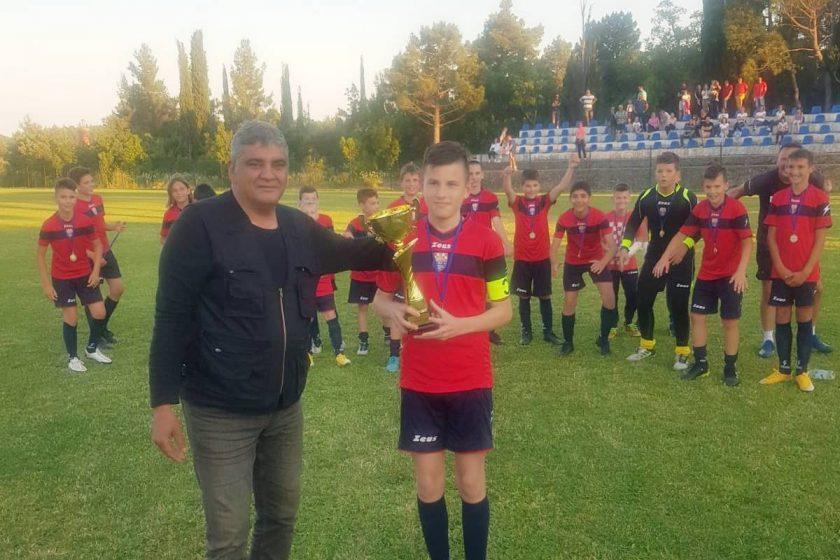 Predstavnik Općine Konavle uručio pehar pobjednicima završnog turnira Dubrovačko-neretvanske županije za kategoriju U12