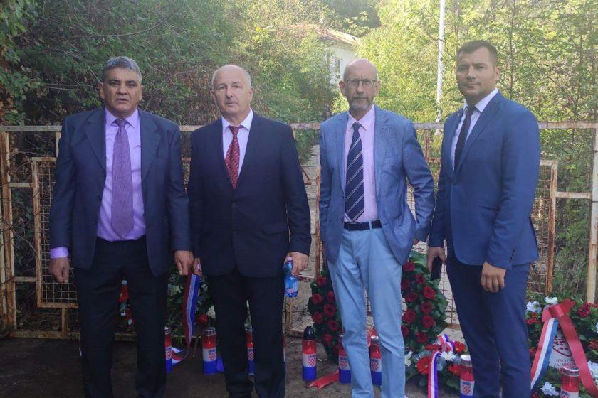 Predstavnici Općine Konavle predvođeni načelnikom Lasićem i predsjednikom OV Simovićem položili vijenac ispred zloglasnog logora Morinj u Crnoj Gori